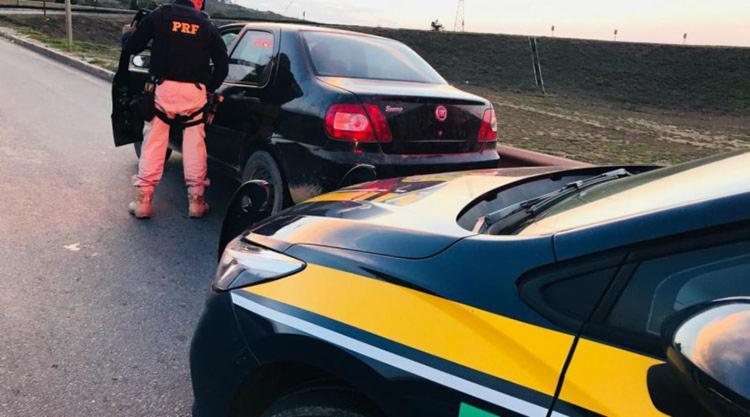 O condutor, de 47, alagou desconhecer o fato do veiculo ter sido roubado há 6 anos na capital - Foto: Divulgação | PRF