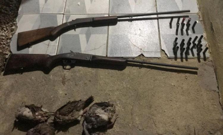 Foram encontrados dez aves silvestres mortas, duas espingardas, 16 munições deflagradas, 8 intactas, além de chumbo, pólvora e espoletas