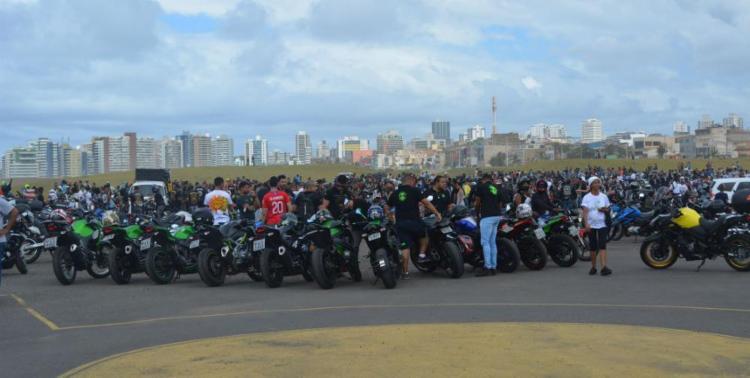 Associação de Motociclistas do Estado da Bahia (AMO-BA) em parceria com mais de 40 motoclubes de toda a Bahia fizeram uma grande mobilização no estacionamento do antigo Aeroclube - Foto: Tânia Araújo