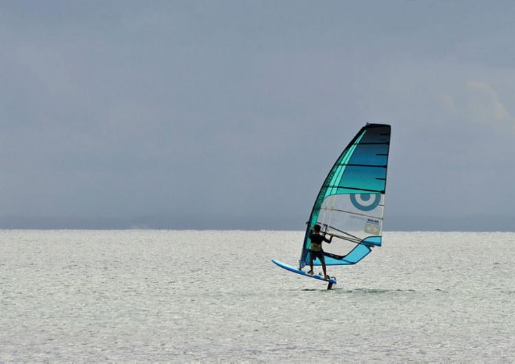A praia da Ribeira, em Salvador, é uma das mais procuradas e recomendadas para a prática de Windsurf, que como sugere o nome do esporte, depende – e muito – do vento