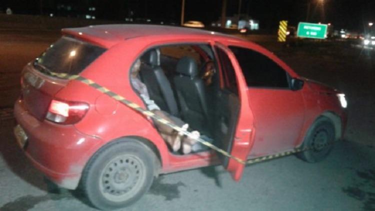 A vítima foi encontrada no banco traseiro do veículo - Foto: Reprodução