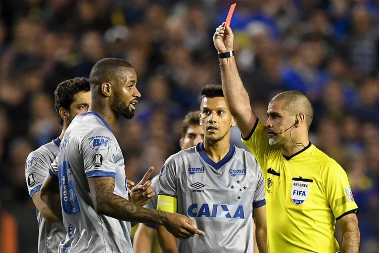 O juiz expulsou o zagueiro brasileiro Dedé após um lance involuntário, e isso depois de ter consultado VAR - Foto: Eitan Abramovich l AFP