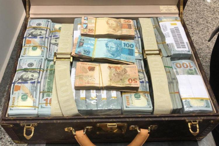 A polícia encontrou dinheiro e relógios de luxo em duas malas da comitiva de Teodorin - Foto: Polícia Federal | Divulgação