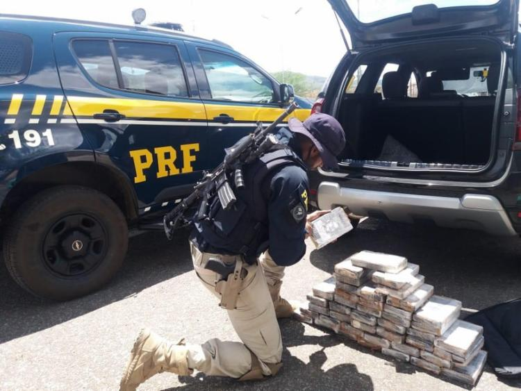 O motorista disse que havia pego a droga na capital paulista, após ser abordado por dois homens que lhe ofereceram dinheiro para realizar o transporte - Foto: Divulgação | PRF