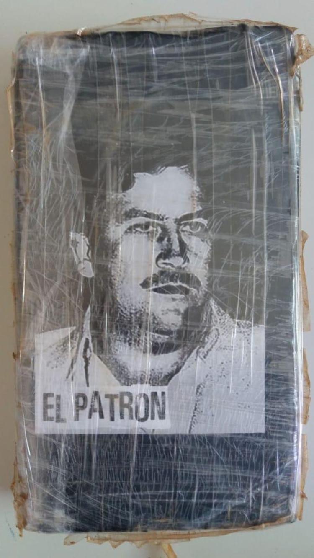 As drogas estavam embaladas em fita adesiva com imagem de Pablo Escobar