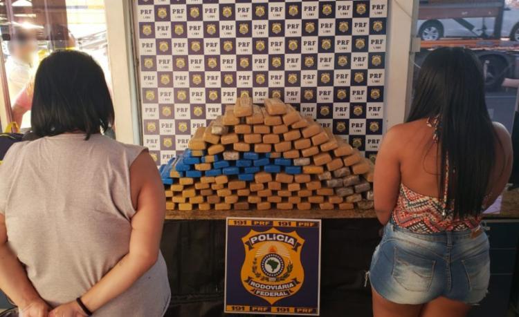 As mulheres de 23 e 28 anos informaram aos policiais que receberiam dinheiro caso entregassem a drogam em Recife - Foto: Divulgação | PRF