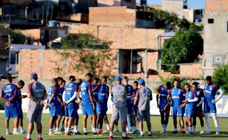No início do treino, Enderson escalou o possível time que irá iniciar a partida - Foto: Felipe Oliveira | E. C. Bahia