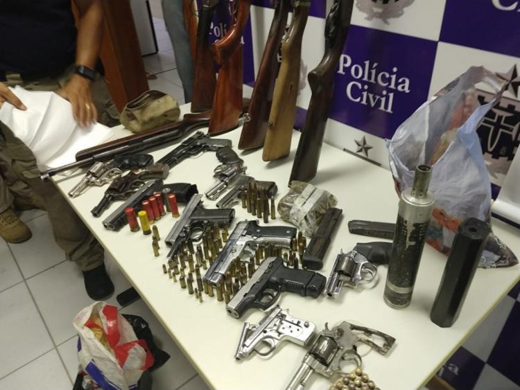 A polícia localizou armas em vários imóveis durante a varredura nesta quinta - Foto: Divulgação | SSP BA