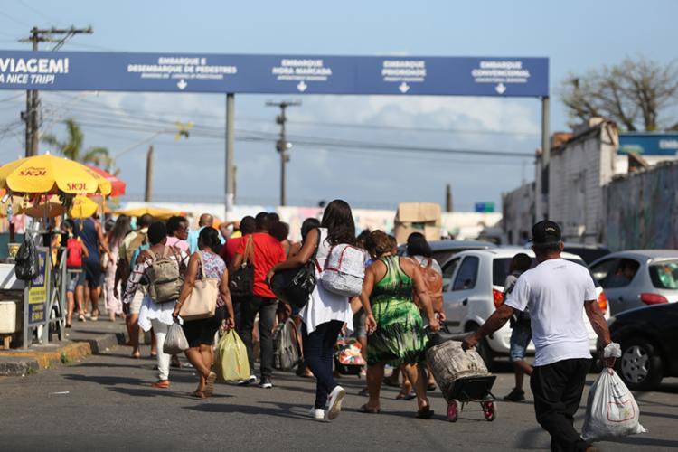 Tempo de espera para o Ferry-boat pode chegar a três horas. Previsão é que seja normalizado até as 12h. - Foto: Raul Spinassé | Ag. A TARDE