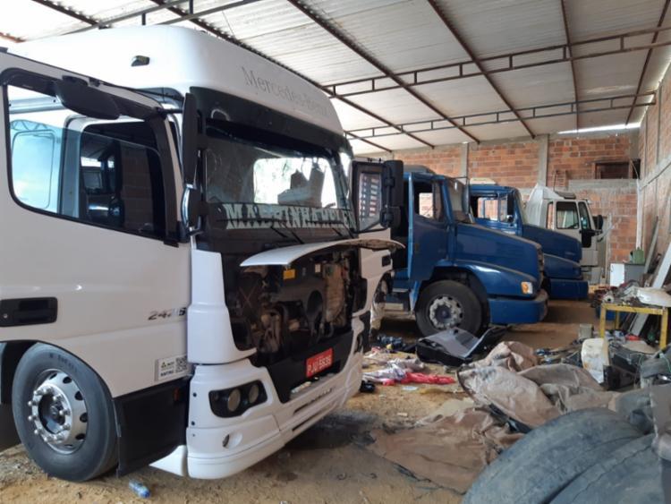 No imóvel, foram apreendidos 17 veículos, entre eles 13 caminhões - Foto: Divulgação | SSP-BA
