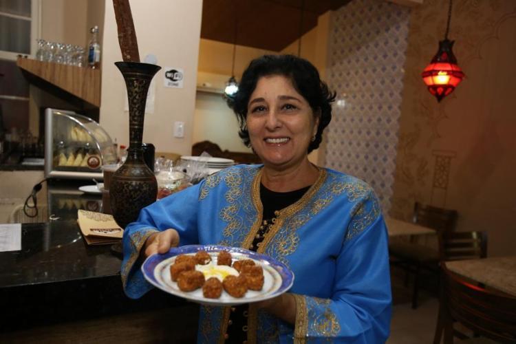 Filha de pai libanês e mãe de origem síria, Zeina Chalub criou o Arabesque para ir além do quibe e da esfirra - Foto: Joá Souza / Ag. A TARDE