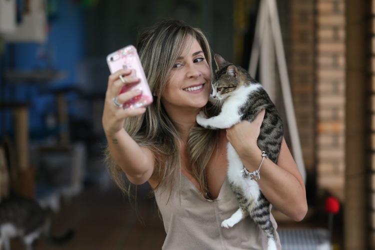 Adriana Andrade, a 'Menina dos Gatos', descobriu a profissão nos EUA e já cuidou de mais de 200 gatos - Foto: Luciano Carcará / Ag. A TARDE