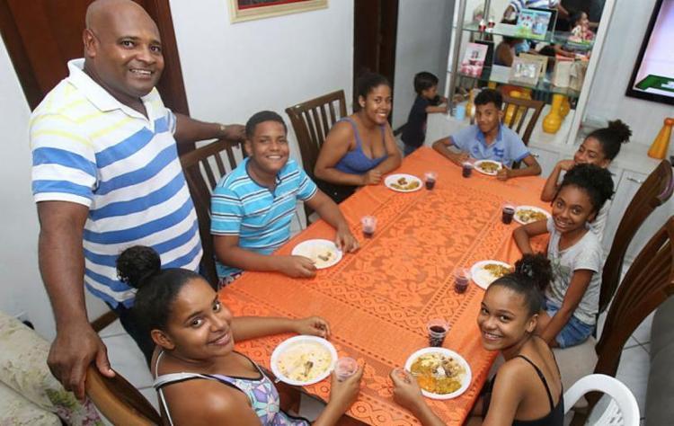 A família de Gean Pereira reverencia São Cosme e São Damião com caruru para sete crianças - Foto: Tiago Caldas | Ag. A TARDE