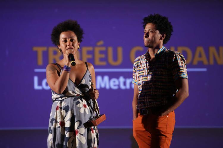 A diretora Glenda Nicácio e ator Aldri Anunciação receberam o prêmio por Ilha - Foto: Júnior Aragão | Divulgação