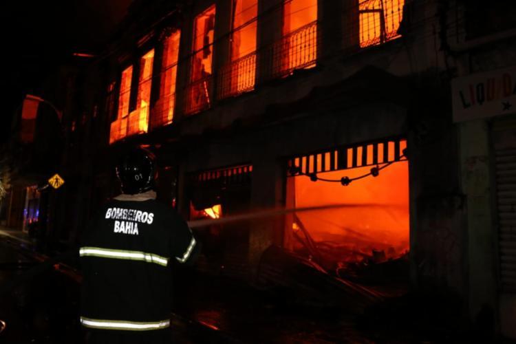 Cerca de 40 bombeiros foram ao local para controlar as chamas - Foto: Alberto Maraux l SSP-BA