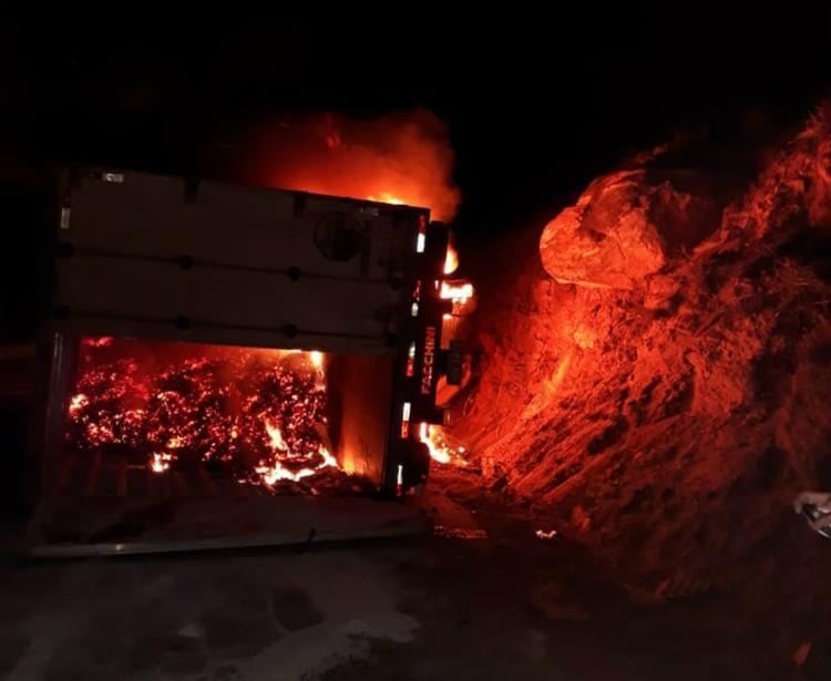 Carreta foi atingida pelas chamas no trecho entre as cidades de Manoel Vitorino e Boa Nova - Foto: Reprodução | Jequié Repórter