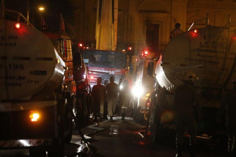Bombeiros conseguiram controlar as chamas durante a madrugada desta segunda - Foto: Tânia Rego | Agência Brasil