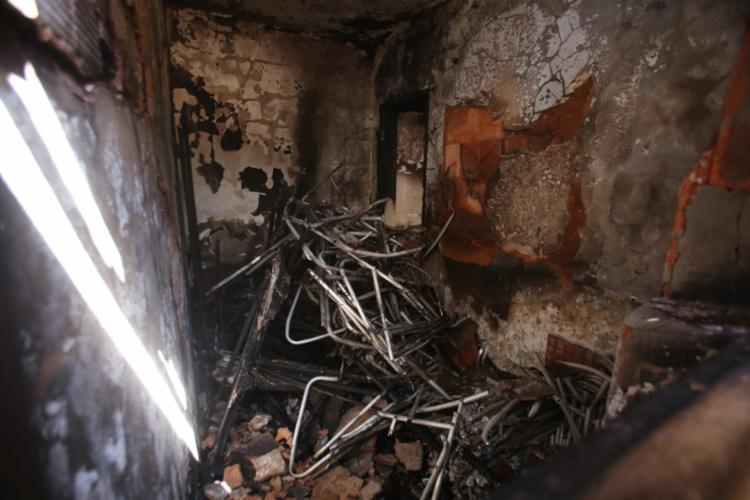 Fogo destruiu 43 cadeiras que estavam armazenadas no local, além, de sombreiros de praia - Foto: Raul Spinassé | Ag. A TARDE