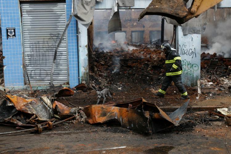 Equipes dos bombeiros durante operação de rescaldo - Foto: Luciano da Matta l Ag. A TARDE