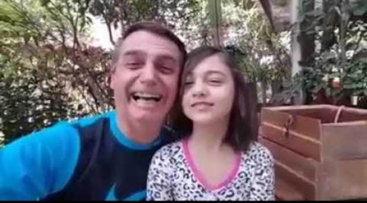 Jair Bolsonaro apareceu em um vídeo ao lado da filha, Laura, de 8 anos - Foto: Reprodução