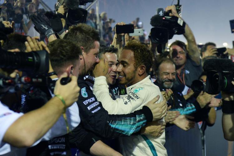 Lewis Hamilton comemorou vitória com a equipe - Foto: AFP