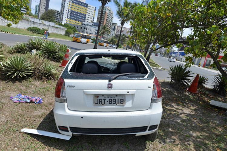 Ferido, o homem teria perdido o controle do carro, que parou no canteiro central da via