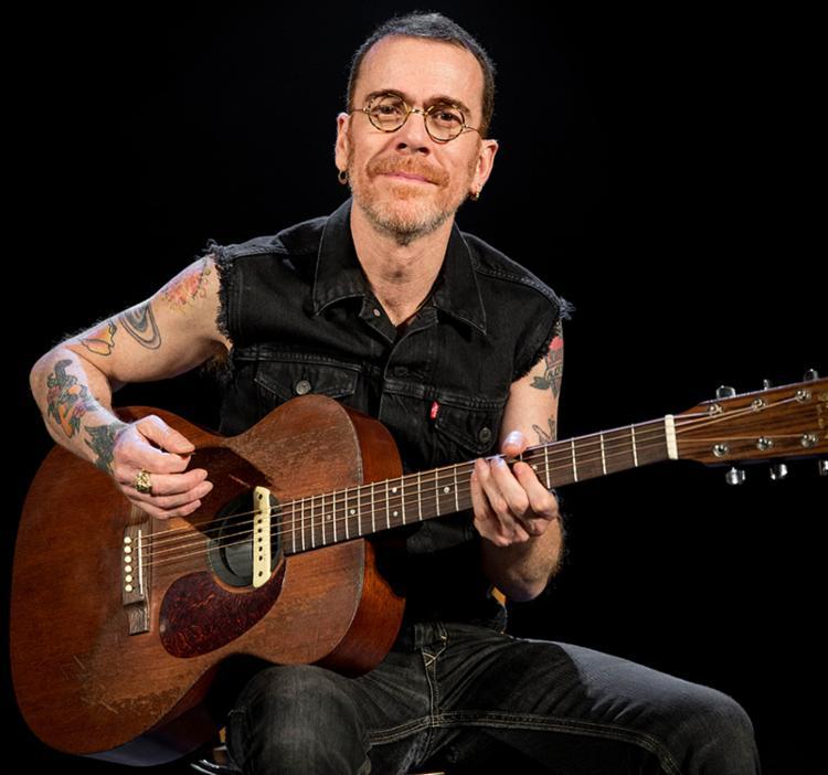 Cantor se apresenta acompanhado apenas do violão - Foto: Carol Siqueira | Divulgação