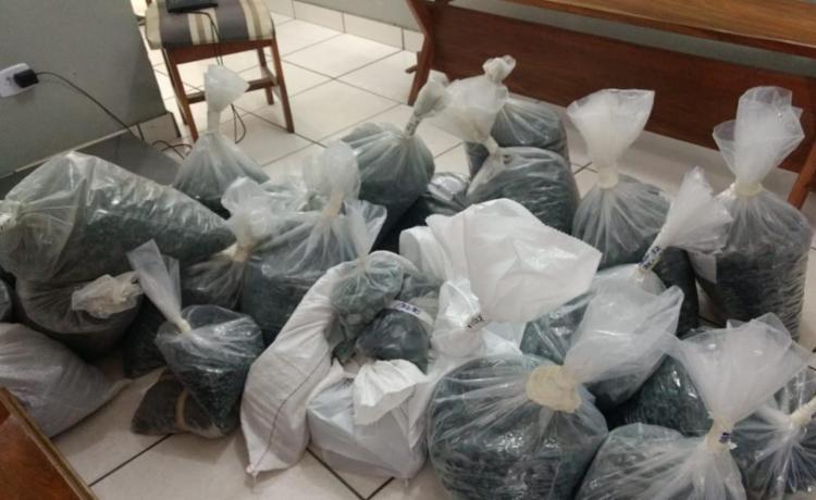 Durante a ação, foram encontradas grandes embalagens com esmeraldas - Foto: Divulgação | Receita Federal