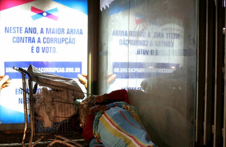 A cena flagrada por repórter fotográfico de A TARDE em Ondina, na orla de Salvador, que mostra morador de rua dormindo em ponto de ônibus, é mais um incentivo à reflexão pelo eleitor, convidado a escolher bem na hora de votar