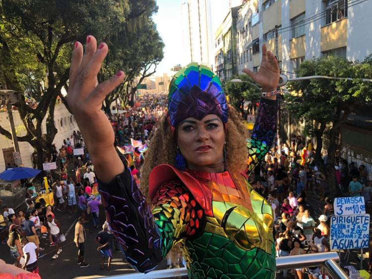 Durante desfile de trios, participantes chamam a atenção para a luta em prol dos direitos dos LGBTQ+ - Foto: Margarida Neide | Ag. A TARDE
