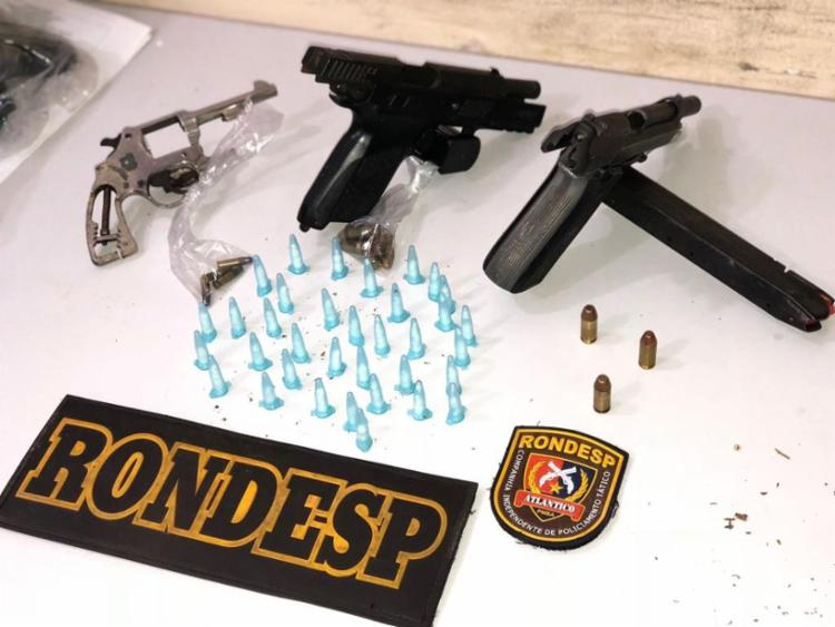 Na ação foram apreendidas duas pistolas, de calibres 9mm e 40, um carregador, munições e 35 pinos de cocaína - Foto: Divulgação | SSP BA