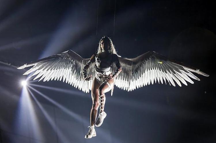 Vestida de anjo, Pabllo Vittar gritou #EleNão junto com o público