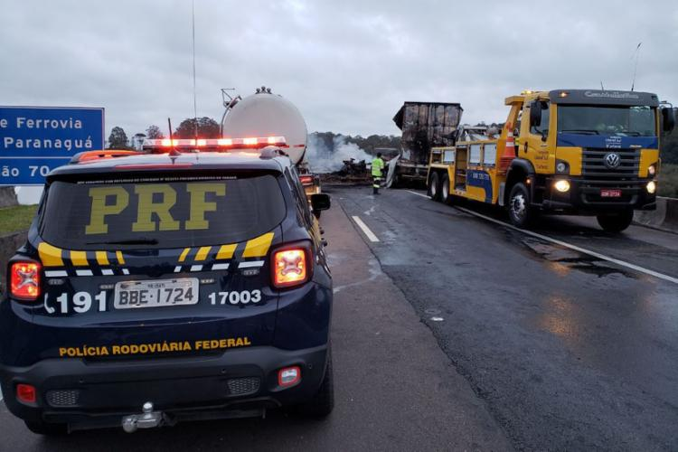Durante a fuga, por volta das 3h30, cinco caminhões e dois carros foram incendiados - Foto: PRF | Direitos Reservados | Agência Brasil