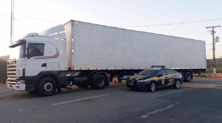 O veículo de cargas foi abordado durante fiscalização da PRF na tarde desta terça-feira, 4 - Foto: Divulgação   PRF