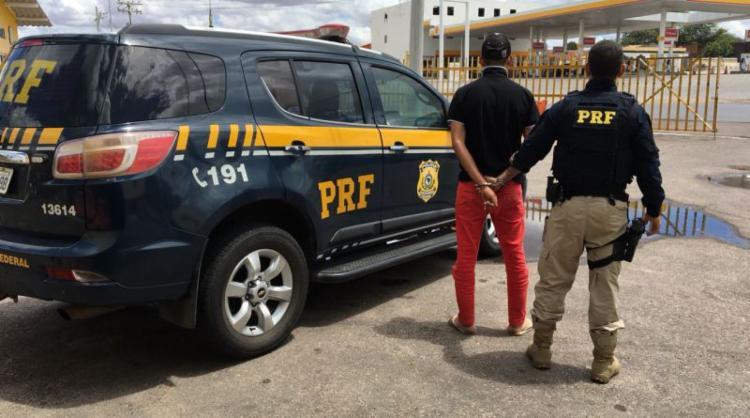 Jovem de 22 anos responde por roubo e por crimes contra o sistema nacional de armas - Foto: Divulgação l PRF