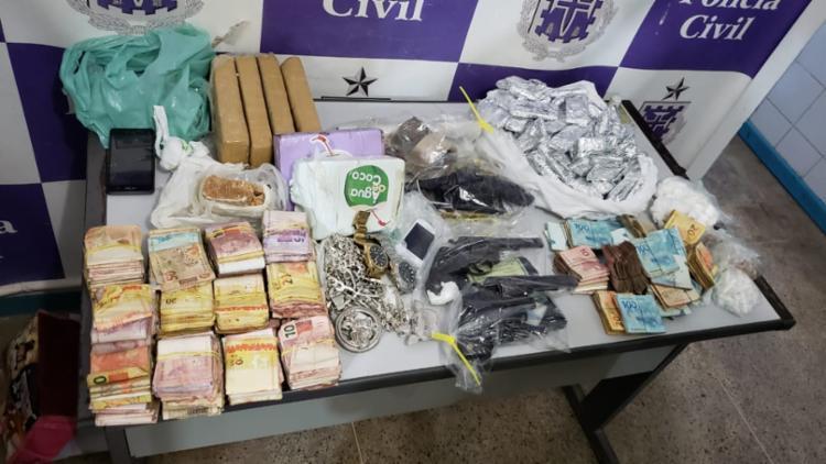 Foram apreendidos R$ 75 mil em espécie, armas, drogas e outros materiais