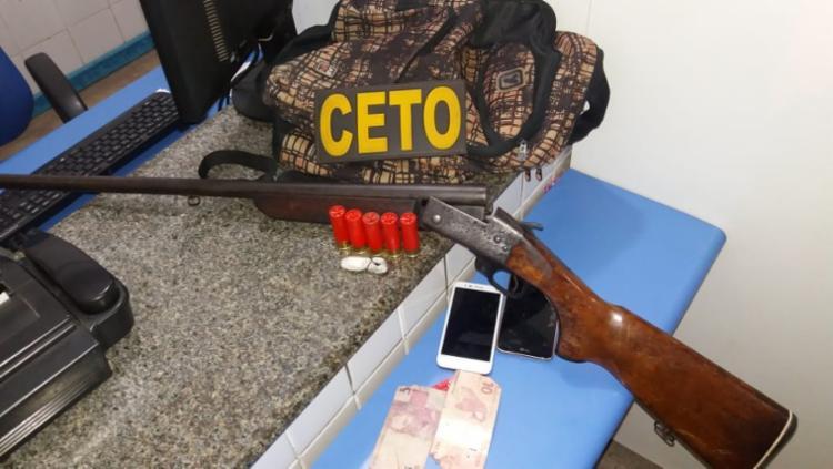 Suspeitos estavam com arma, munições e porções de maconha, que foram apreendidas - Foto: Divulgação   SSP-BA