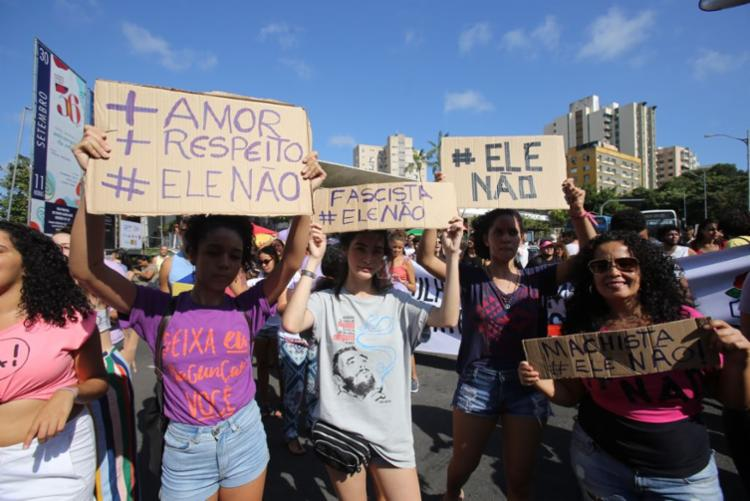 Manifestantes estão no Centro de Salvador em ato contra Bolsonaro - Foto: Luciano da Matta | Ag. A TARDE