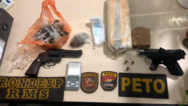 Foram apreendidas duas armas, além de munições, maconha, crack e uma balança