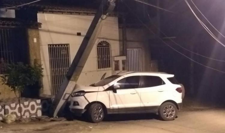 Criminosos tentaram fugir de abordagem policial mas colidiram veículo em poste e foram presos - Foto: Divulgação   SSP-BA
