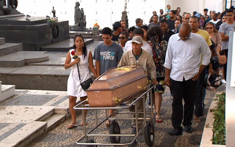 O sepultamento foi marcado pela comoção de familiares e amigos - Foto: Reprodução | Tv Bahia