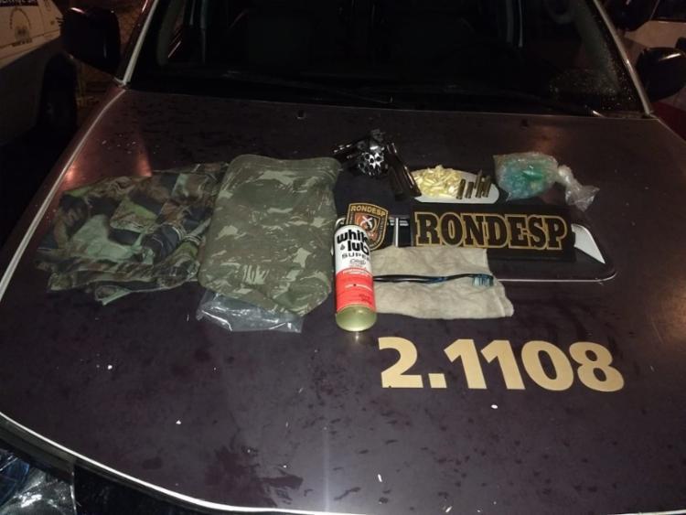 Revólver, drogas, roupas e outros materiais foram apreendidos pela polícia - Foto: Divulgação   SSP-BA