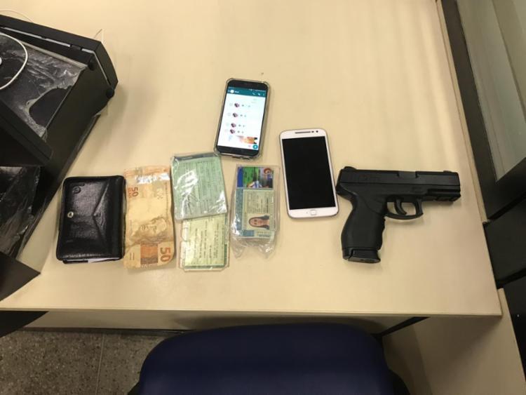 Trio tentou se livrar de pistola ao perceber a aproximação dos policiais