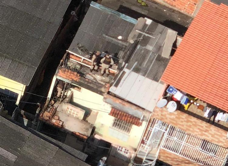 Policiais conseguiram alcançar suspeitos em telhado de imóvel