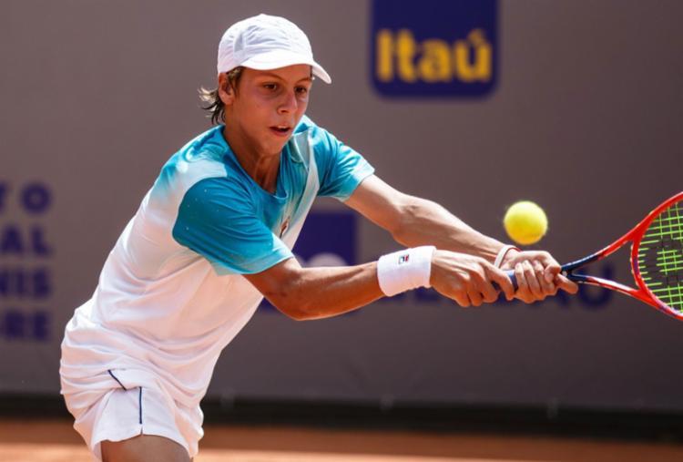 Pedro Boscardin, de 15 anos, segue os passos do ex-jogador Gustavo Kuerten - Foto: Miriam Jeske / Heusi Action / Divulgação