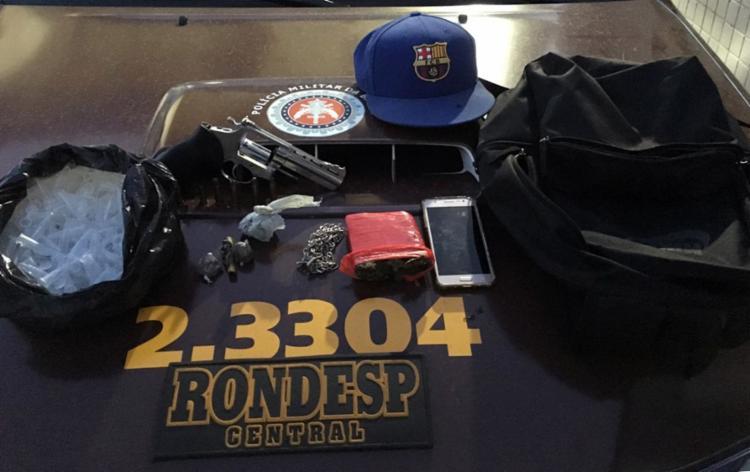 A polícia apreendeu arma, munições e drogas - Foto: Divulgação | SSP