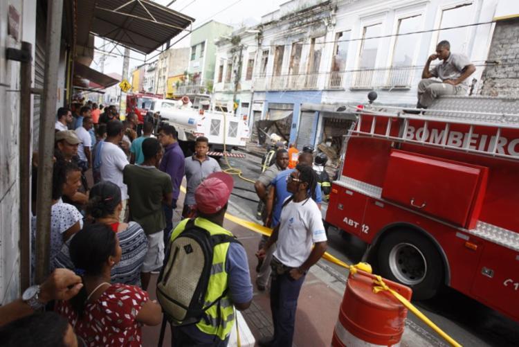 Bombeiros fazem trabalho de rescaldo e trânsito segue bloqueado na via - Foto: Luciano da Matta | Ag. A TARDE