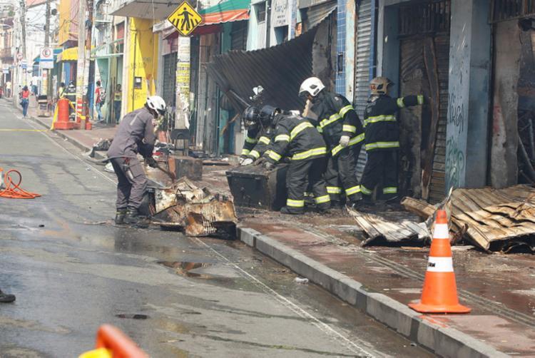 Bombeiros trabalharam nesta terça no rescaldo dos focos do incêndio, que voltaram a aparecer - Foto: Luciano da Matta | Ag. A TARDE