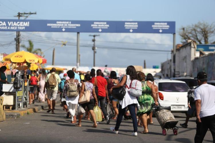Fluxo segue intenso no Terminal de São Joaquim, tanto para pedestres quanto para motoristas - Foto: Raul Spinassé | Ag. A TARDE