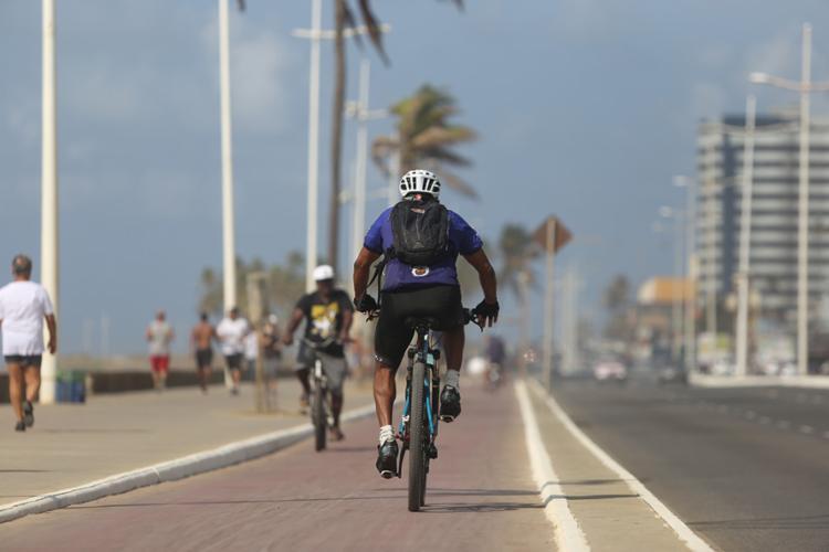 A orla de Salvador será interditada no domingo para encontro de ciclistas - Foto: Raul Spinassé | Ag. A TARDE
